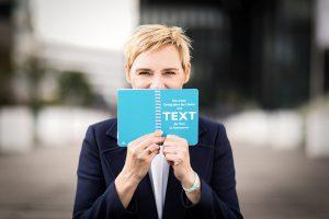 Schreib-Coach Ulrike Zecher konzipiert deine Über-mich-Seite passend zum Business-Foto.