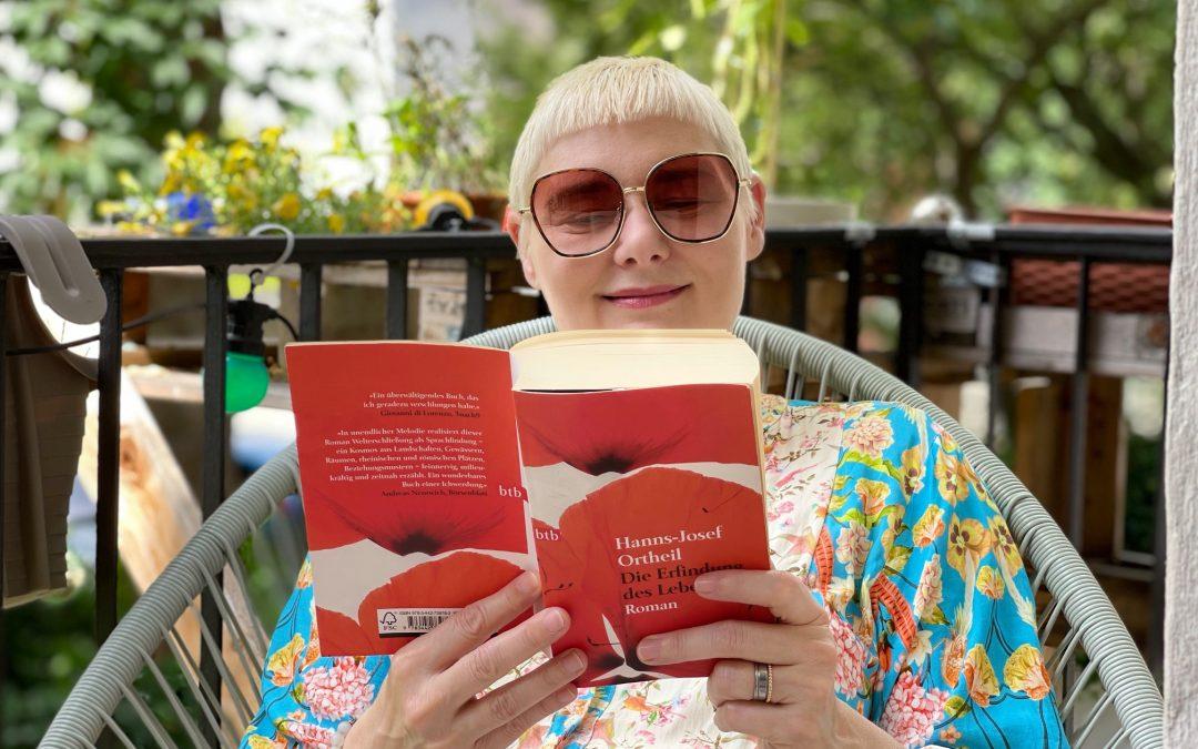 Schreib-Coach liest Buch.